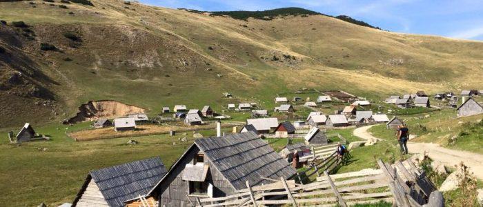 Motorradreisen Enduro Bosnien Dorfbesichtigung